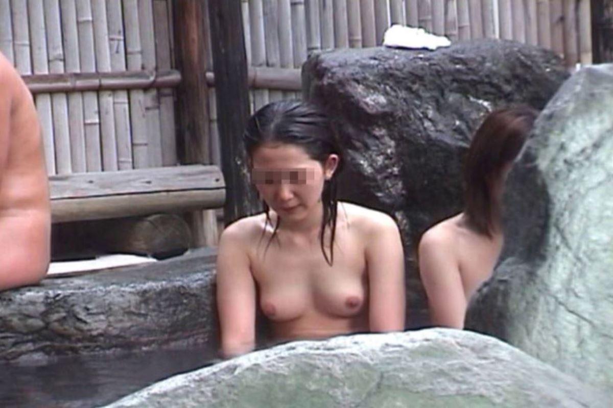 露天風呂で素人を隠し撮りした温泉盗撮画像 44