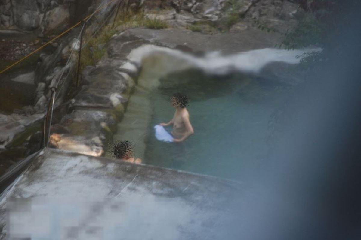 露天風呂で素人を隠し撮りした温泉盗撮画像 49
