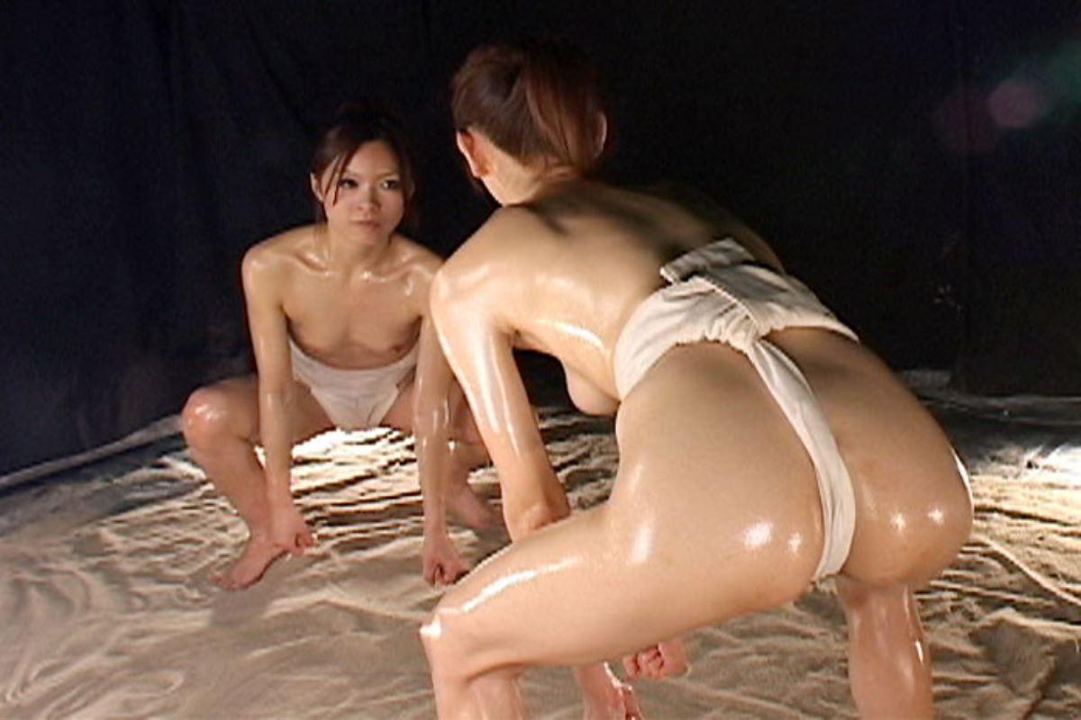 女相撲!!まわし一枚のオッパイ丸出し画像 4