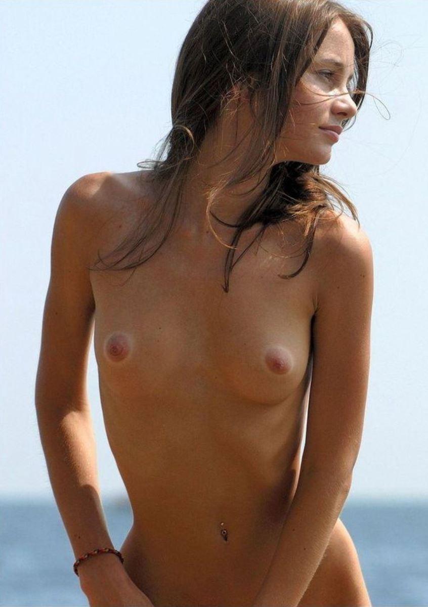 美しい白人少女の貧乳ヌード画像 15