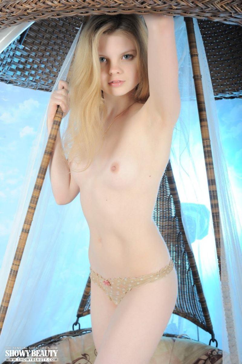 美しい白人少女の貧乳ヌード画像 20