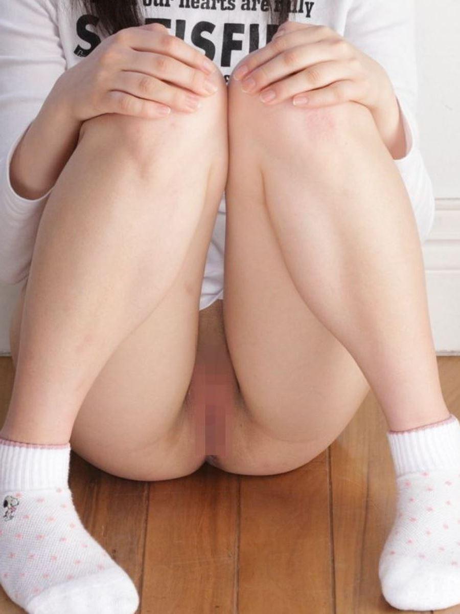 体育座り 全裸 ノーパン エロ画像 30