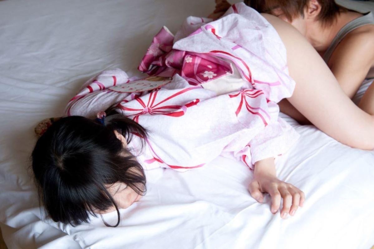 服を脱がさずマンコを舐める着衣クンニ画像 23