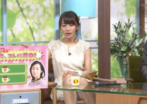 テレビでパンチラしてる女子アナお宝エロ画像