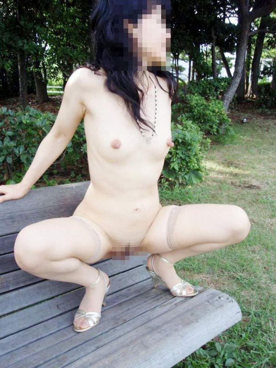 妻 露出 晒 人妻 熟女 裸を晒す 野外 露出 エロ画像 28