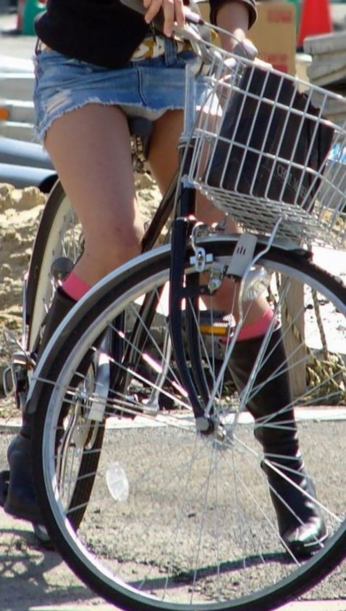 自転車 パンチラ デニム ミニ スカート エロ画像 1