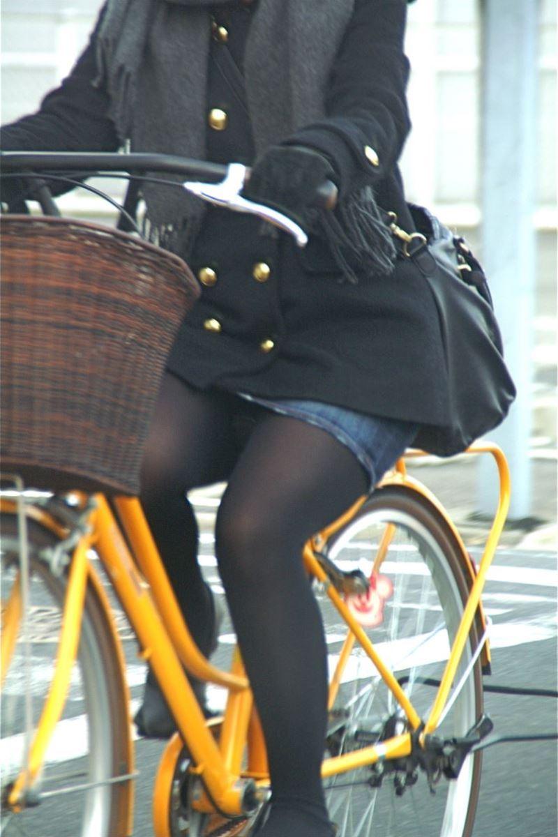 自転車 パンチラ デニム ミニ スカート エロ画像 2