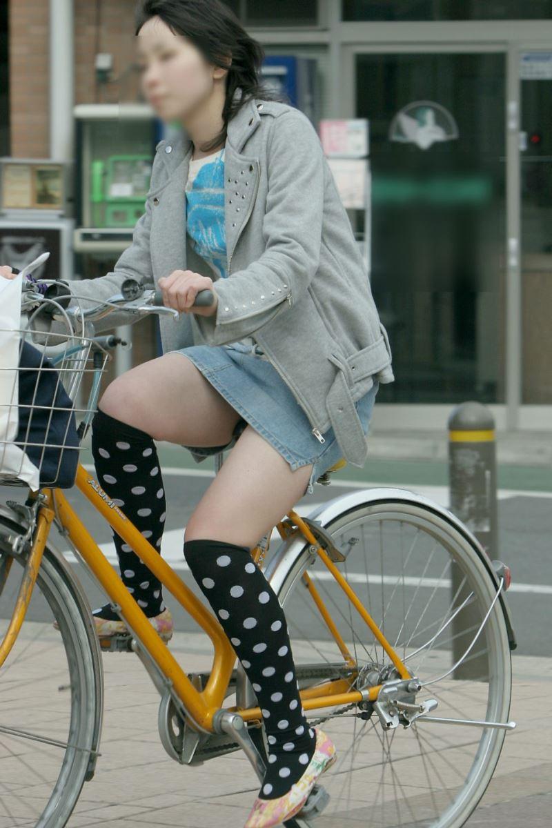 自転車 パンチラ デニム ミニ スカート エロ画像 4
