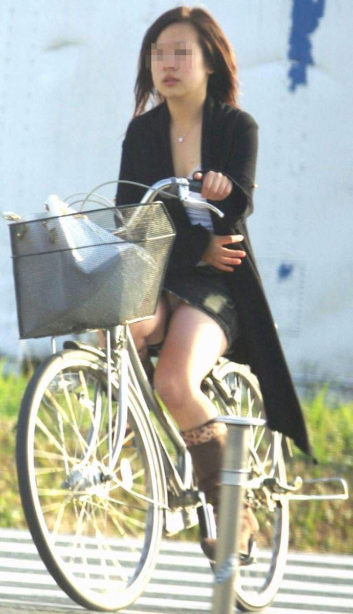自転車 パンチラ デニム ミニ スカート エロ画像 8