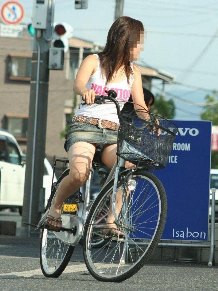 自転車 パンチラ デニム ミニ スカート エロ画像 12