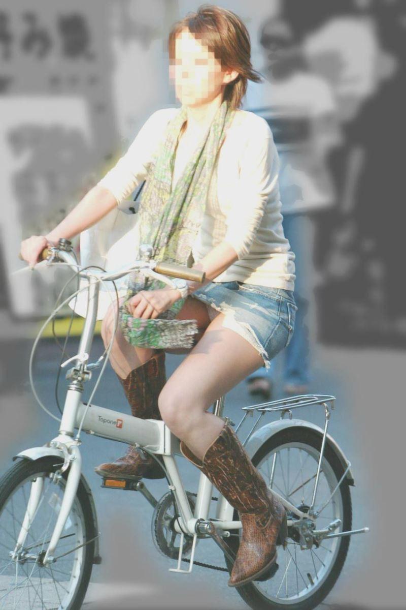 自転車 パンチラ デニム ミニ スカート エロ画像 15