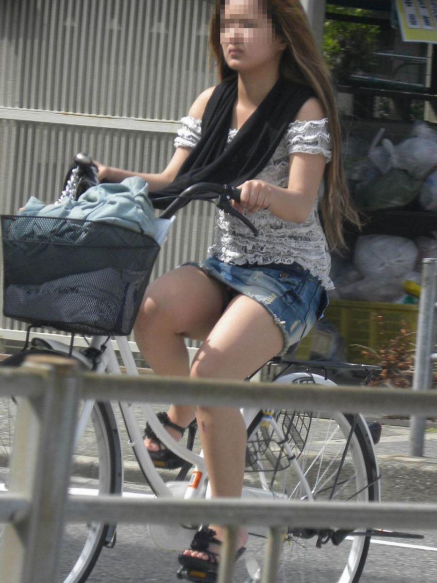 自転車 パンチラ デニム ミニ スカート エロ画像 17