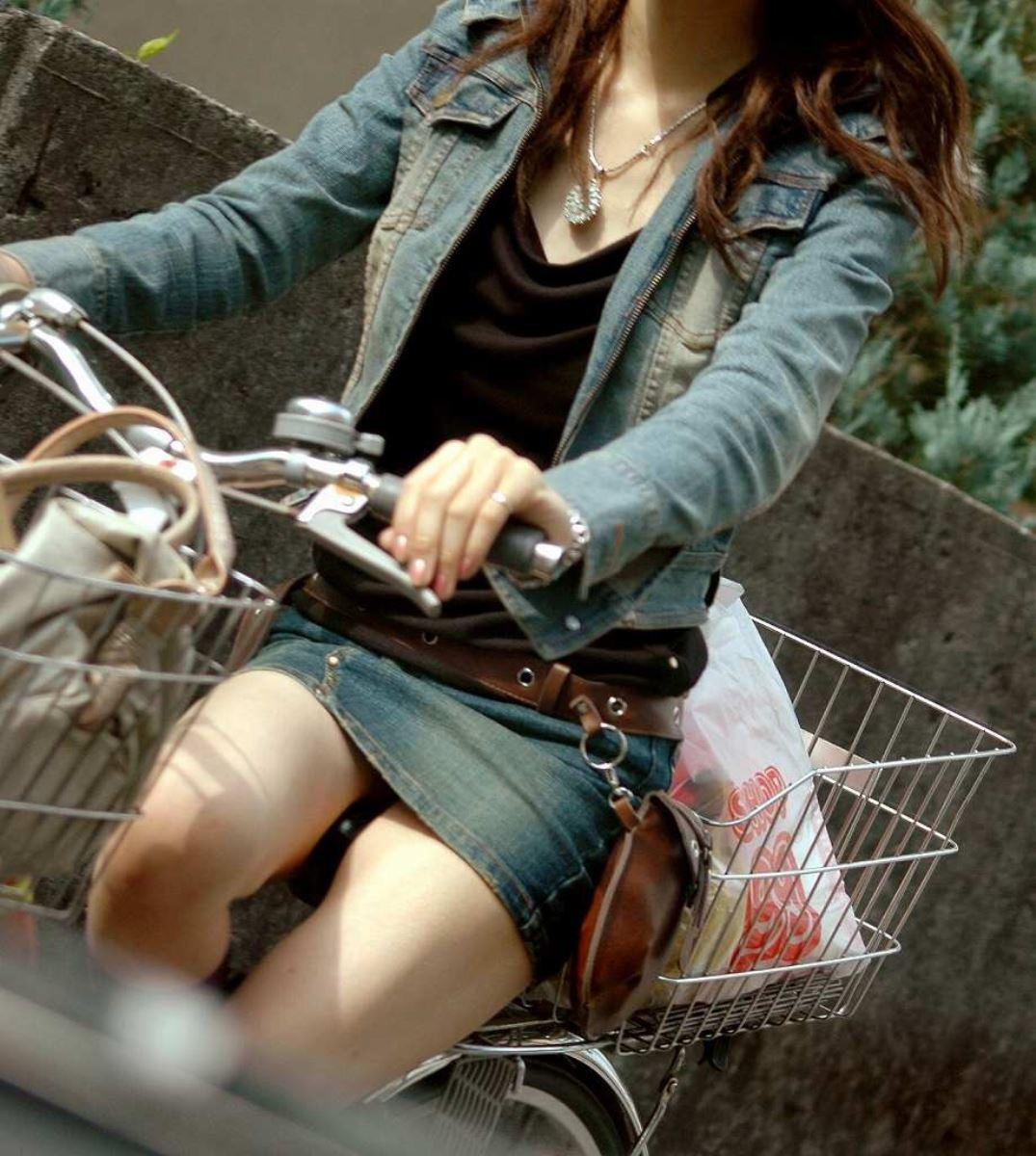自転車 パンチラ デニム ミニ スカート エロ画像 20
