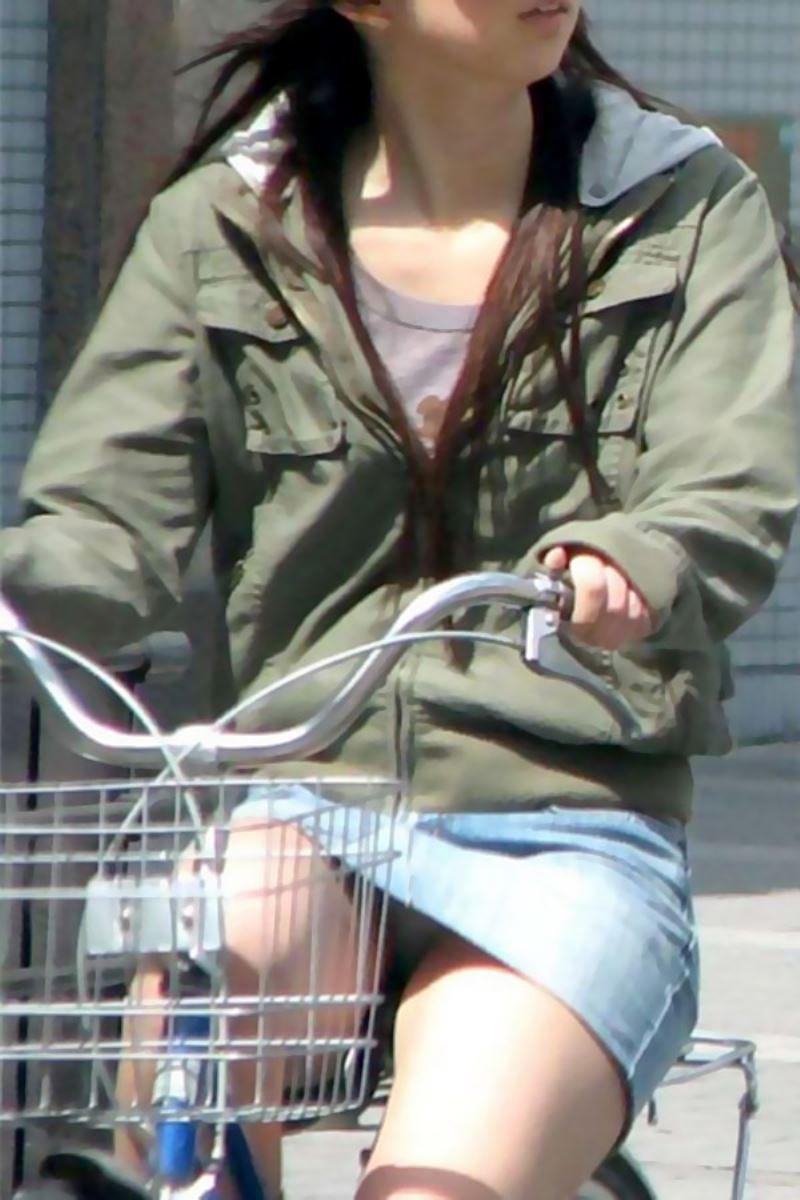 自転車 パンチラ デニム ミニ スカート エロ画像 21