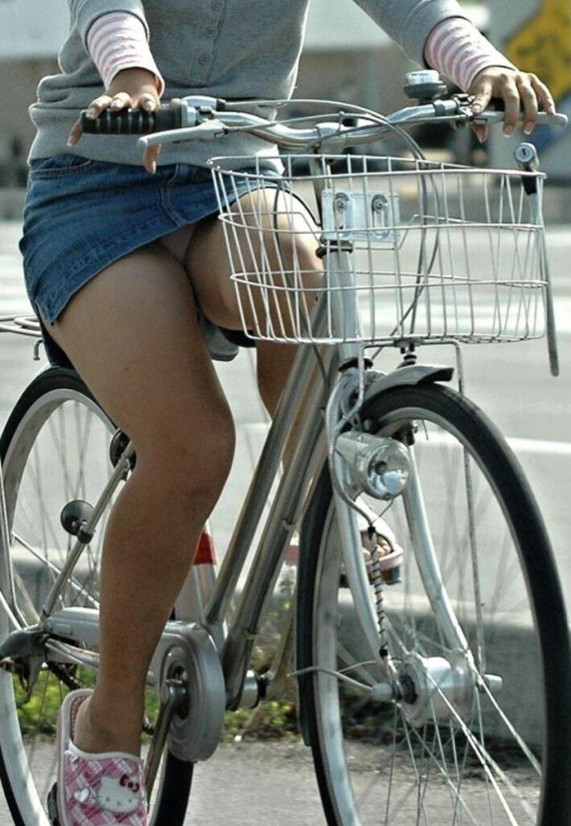 自転車 パンチラ デニム ミニ スカート エロ画像 23