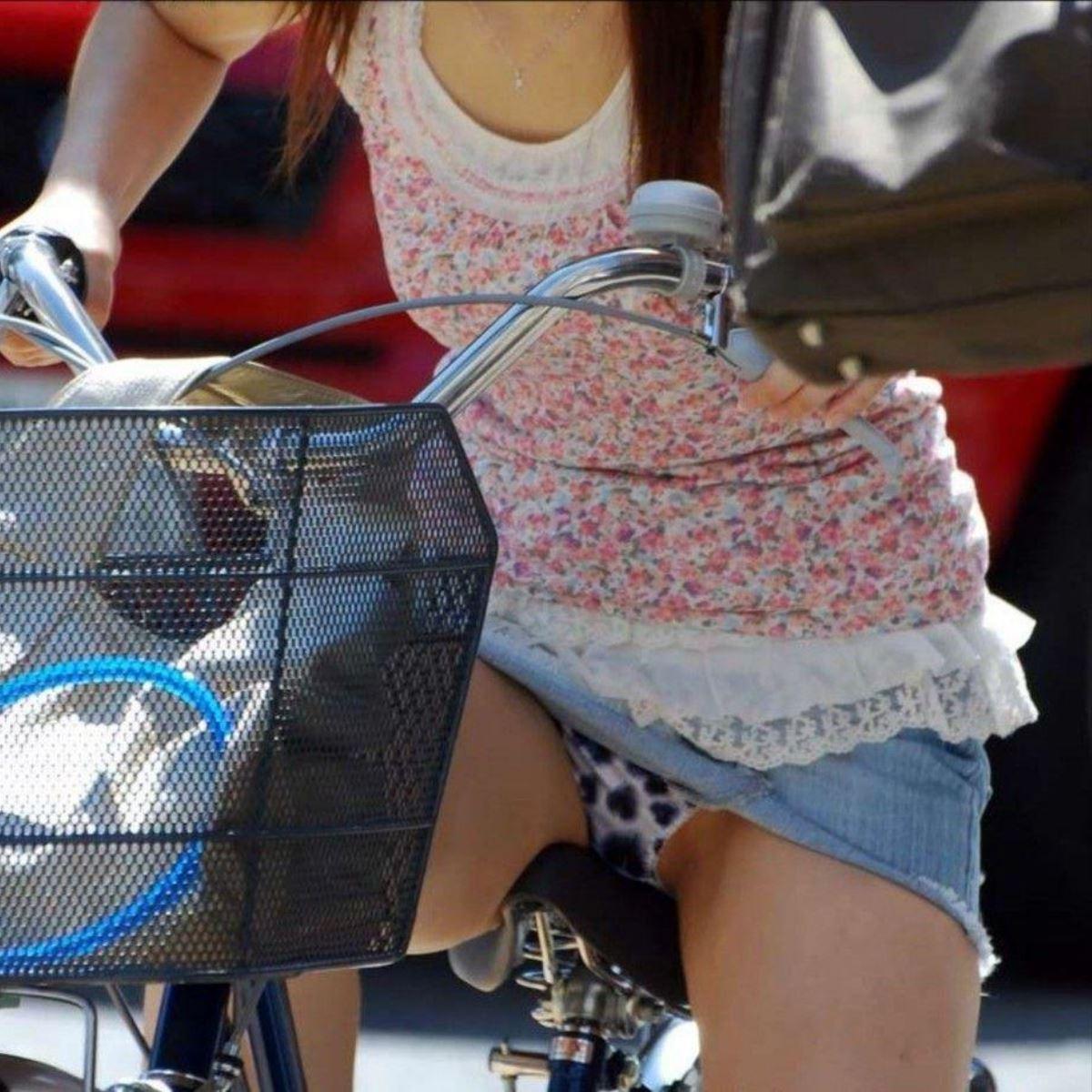 自転車 パンチラ デニム ミニ スカート エロ画像 24