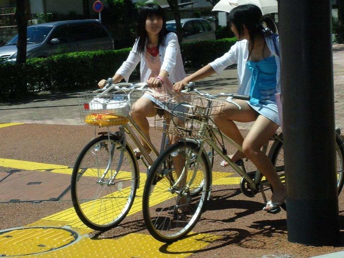 自転車 パンチラ デニム ミニ スカート エロ画像 25