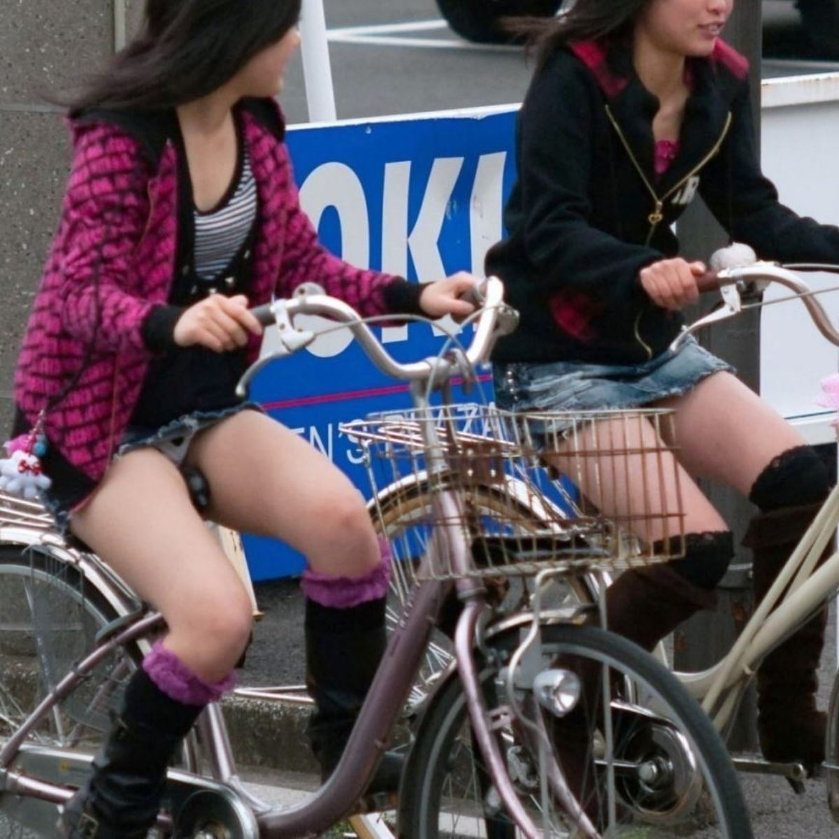 自転車 パンチラ デニム ミニ スカート エロ画像 29