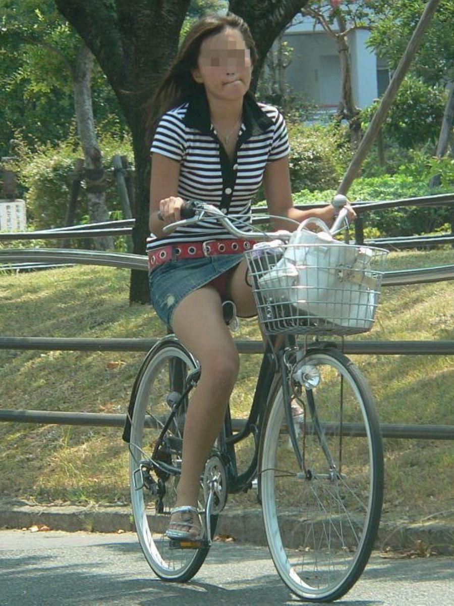 自転車 パンチラ デニム ミニ スカート エロ画像 32