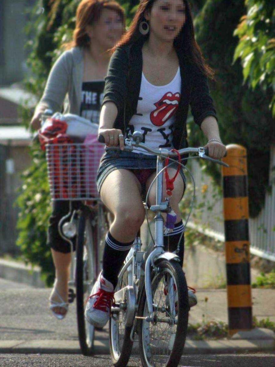 自転車 パンチラ デニム ミニ スカート エロ画像 33