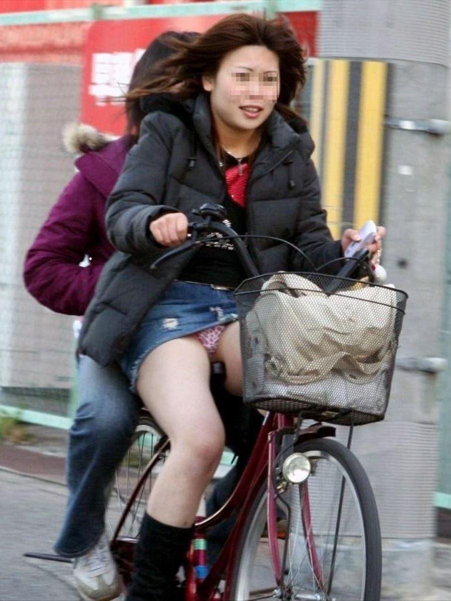 自転車 パンチラ デニム ミニ スカート エロ画像 35