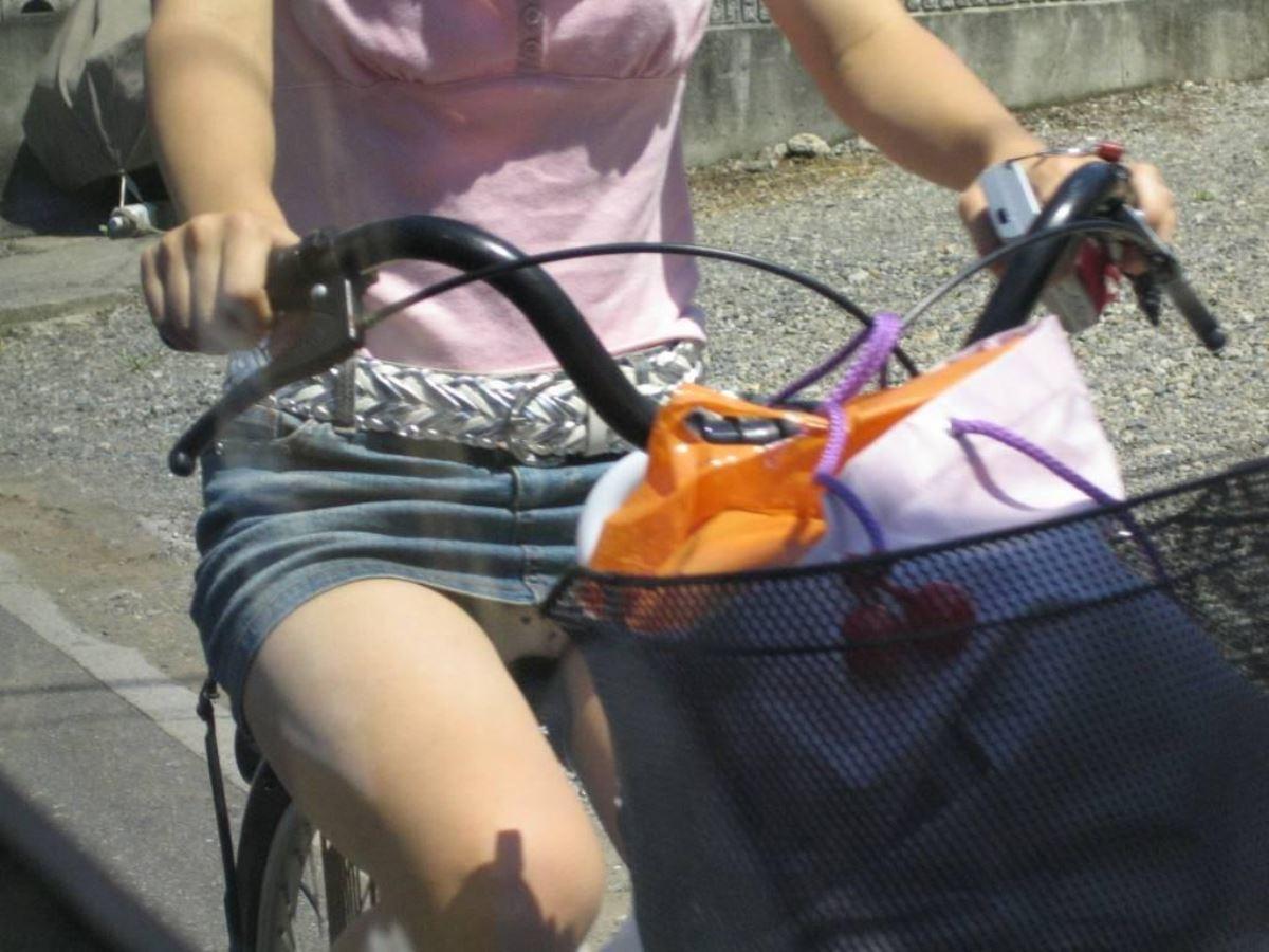 自転車 パンチラ デニム ミニ スカート エロ画像 40
