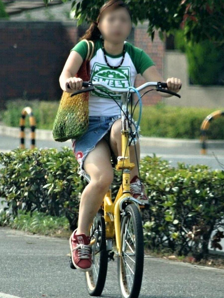 自転車 パンチラ デニム ミニ スカート エロ画像 47