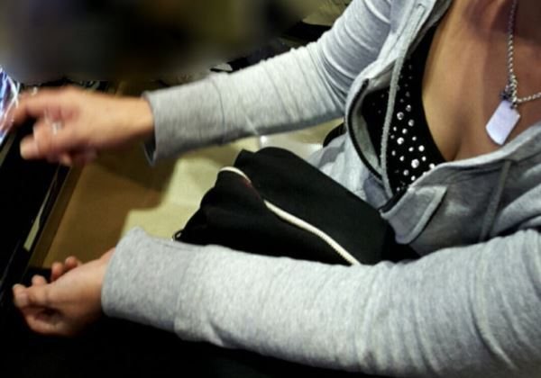 パチンコ店 胸チラ 乳首チラ 女性客 エロ画像 2