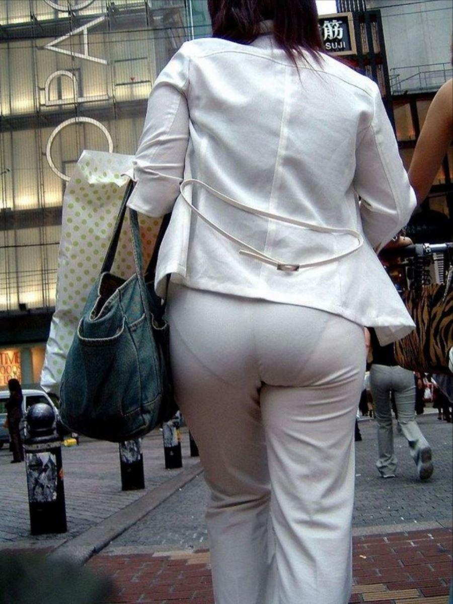 白パンツでパンティラインがスケスケな透けパン画像