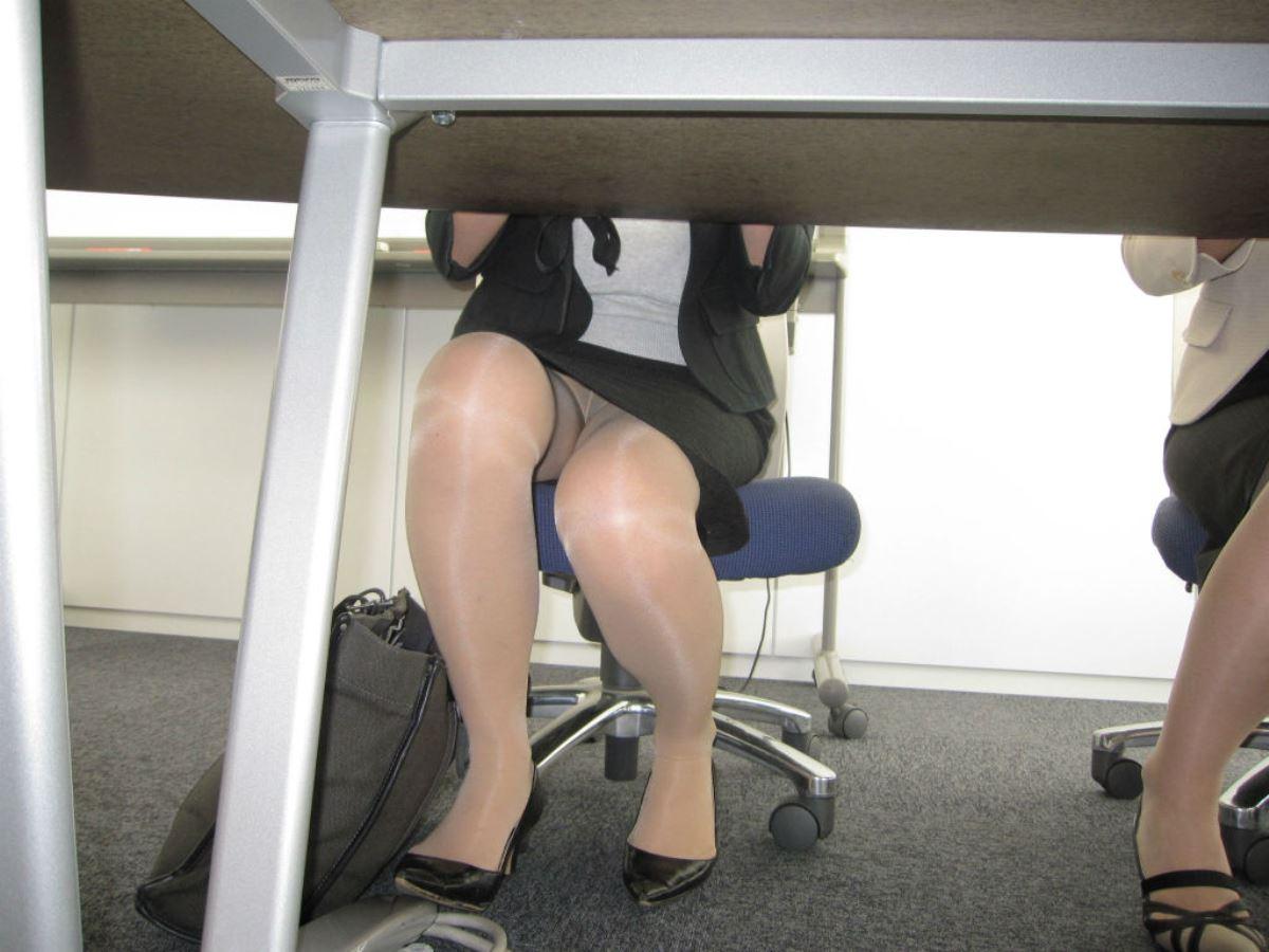 机の下 OL 足元 盗撮 美脚 パンチラ エロ画像 8