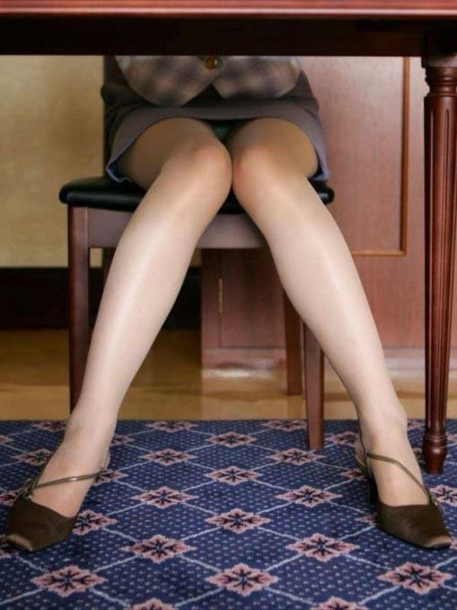 机の下 OL 足元 盗撮 美脚 パンチラ エロ画像 36