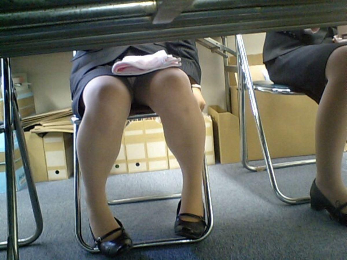 机の下 OL 足元 盗撮 美脚 パンチラ エロ画像 37