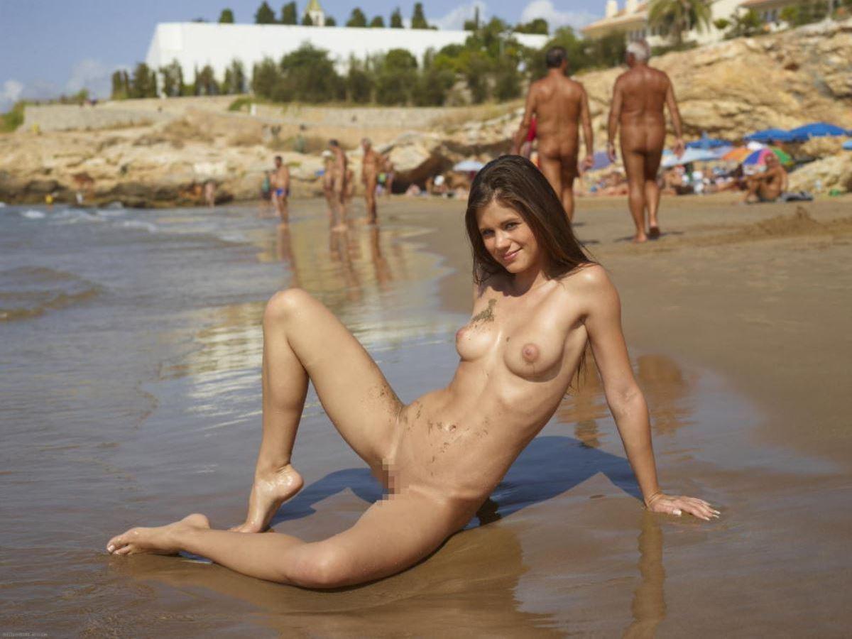 外国人美女 全裸 過ごす ヌーディストビーチ エロ画像 43