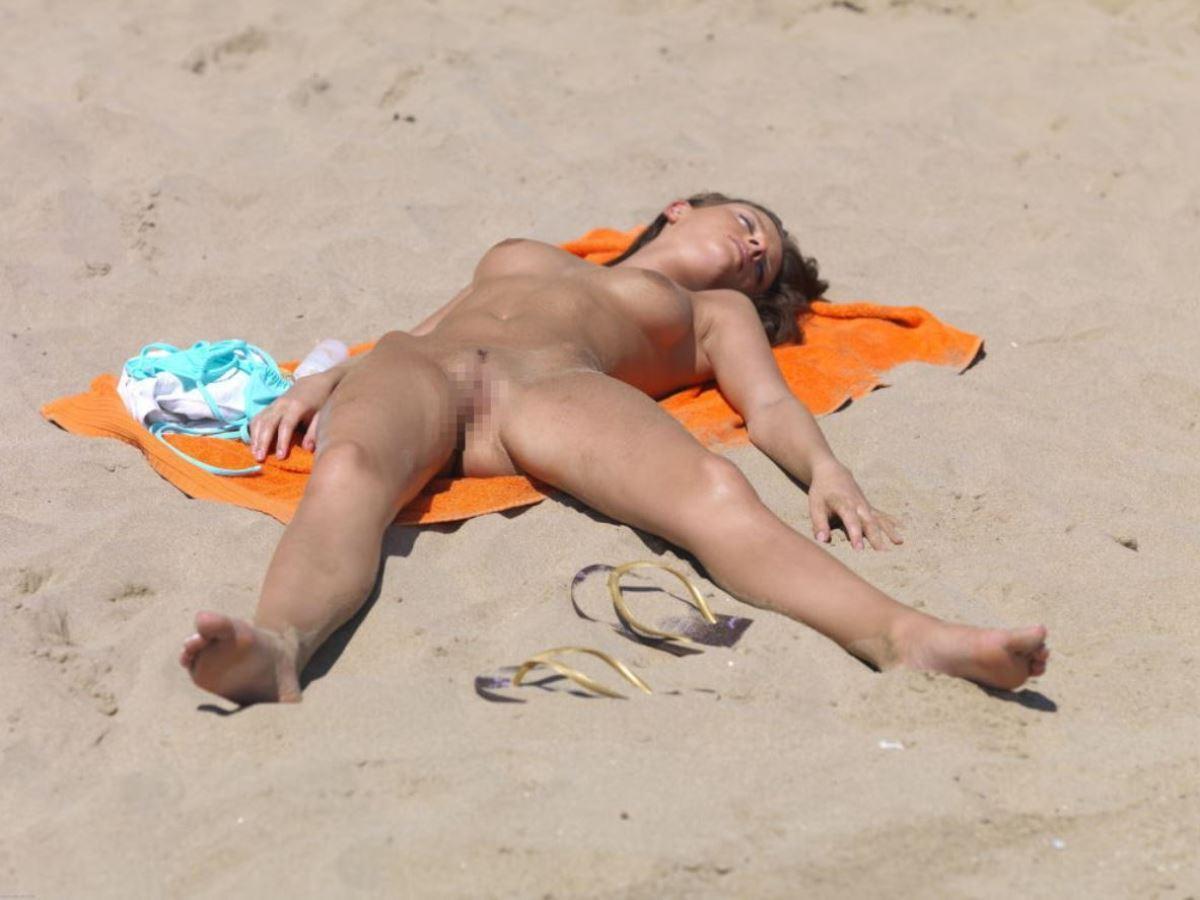 外国人美女 全裸 過ごす ヌーディストビーチ エロ画像 50