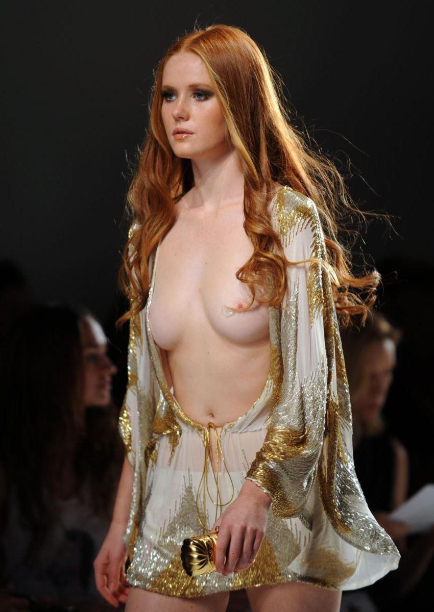 ファッションショー 透け乳首 モロ乳首 女性モデル エロ画像 2