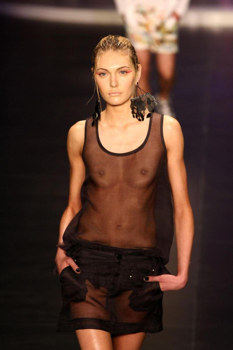 ファッションショー 透け乳首 モロ乳首 女性モデル エロ画像 3