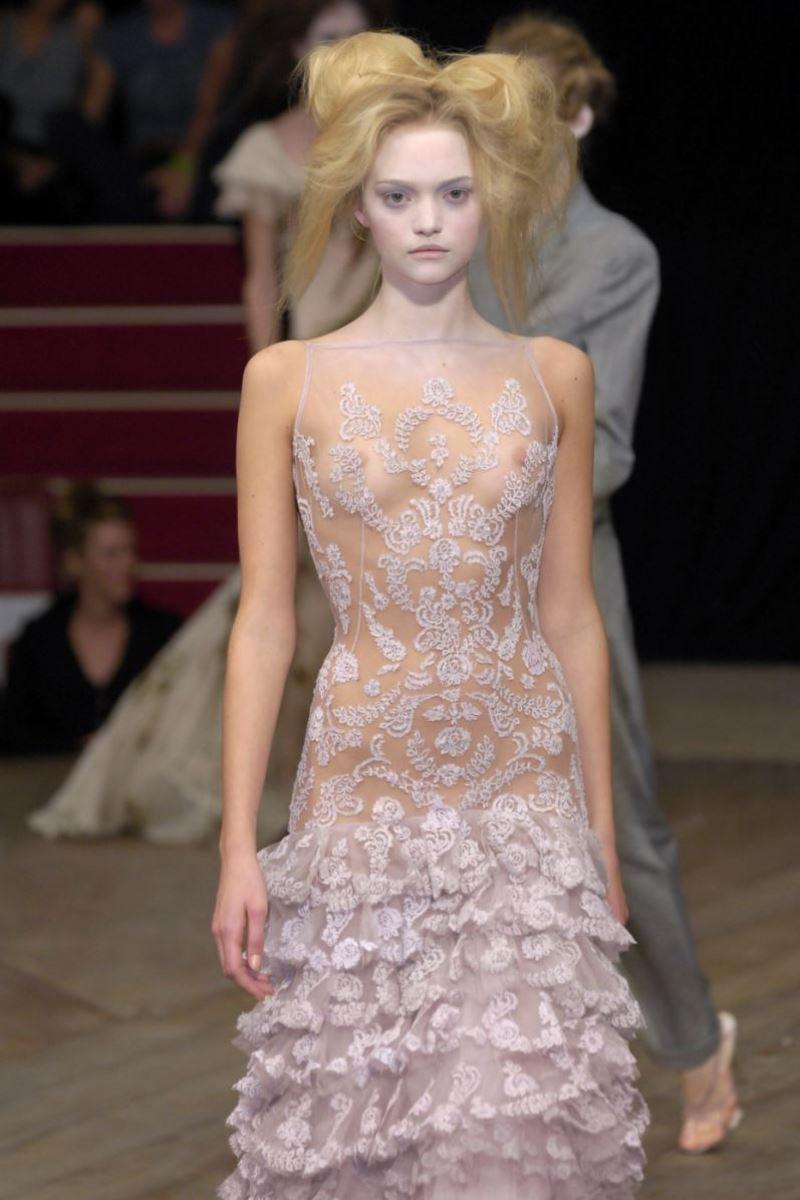 ファッションショー 透け乳首 モロ乳首 女性モデル エロ画像 9