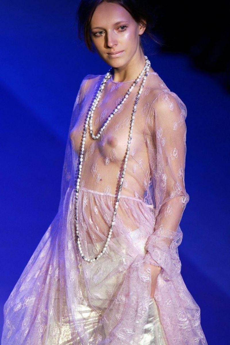 ファッションショー 透け乳首 モロ乳首 女性モデル エロ画像 14