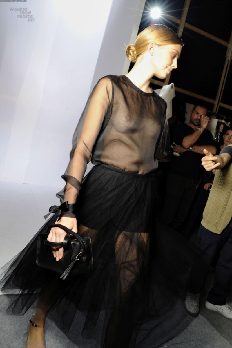 ファッションショー 透け乳首 モロ乳首 女性モデル エロ画像 16