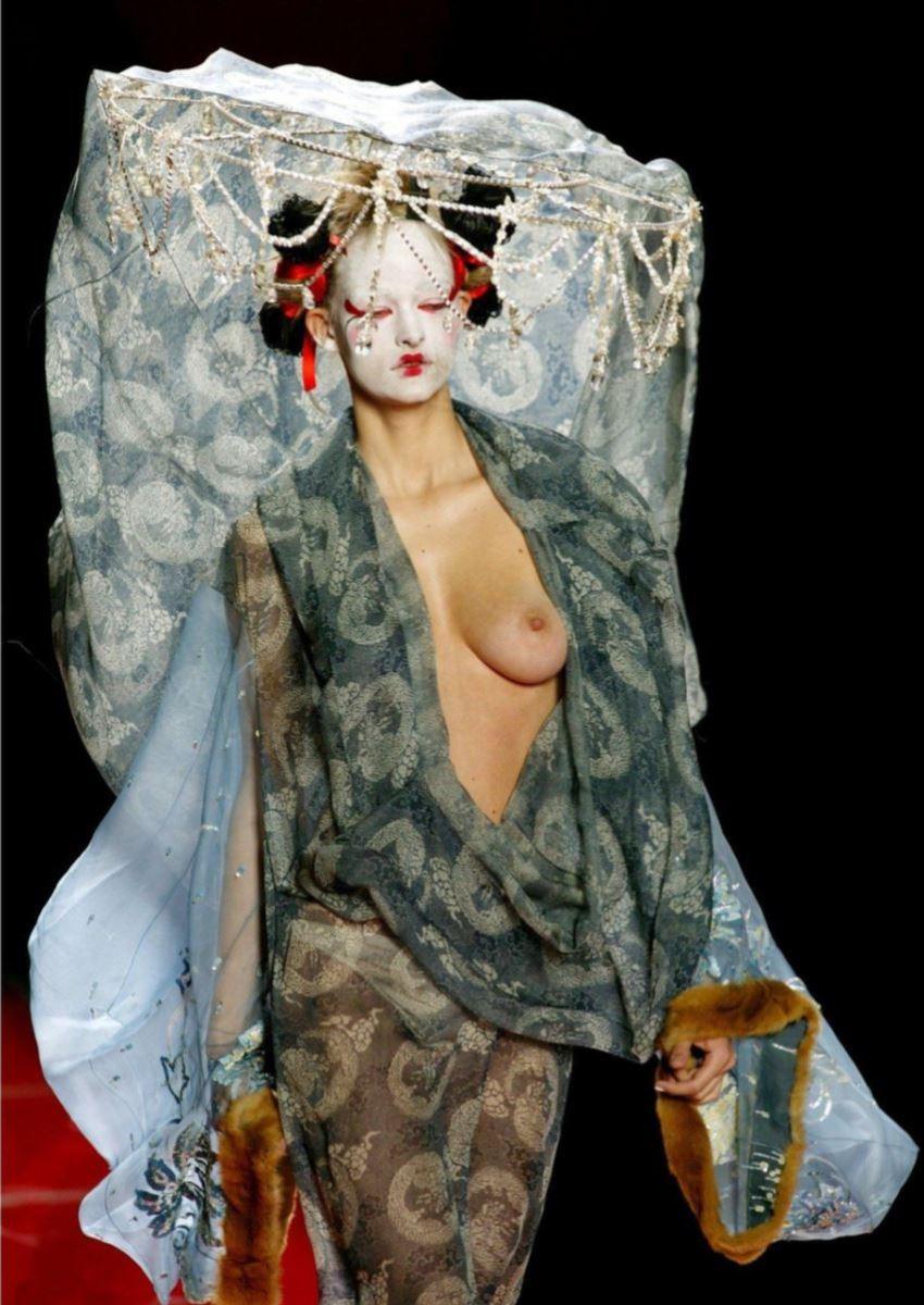 ファッションショー 透け乳首 モロ乳首 女性モデル エロ画像 17