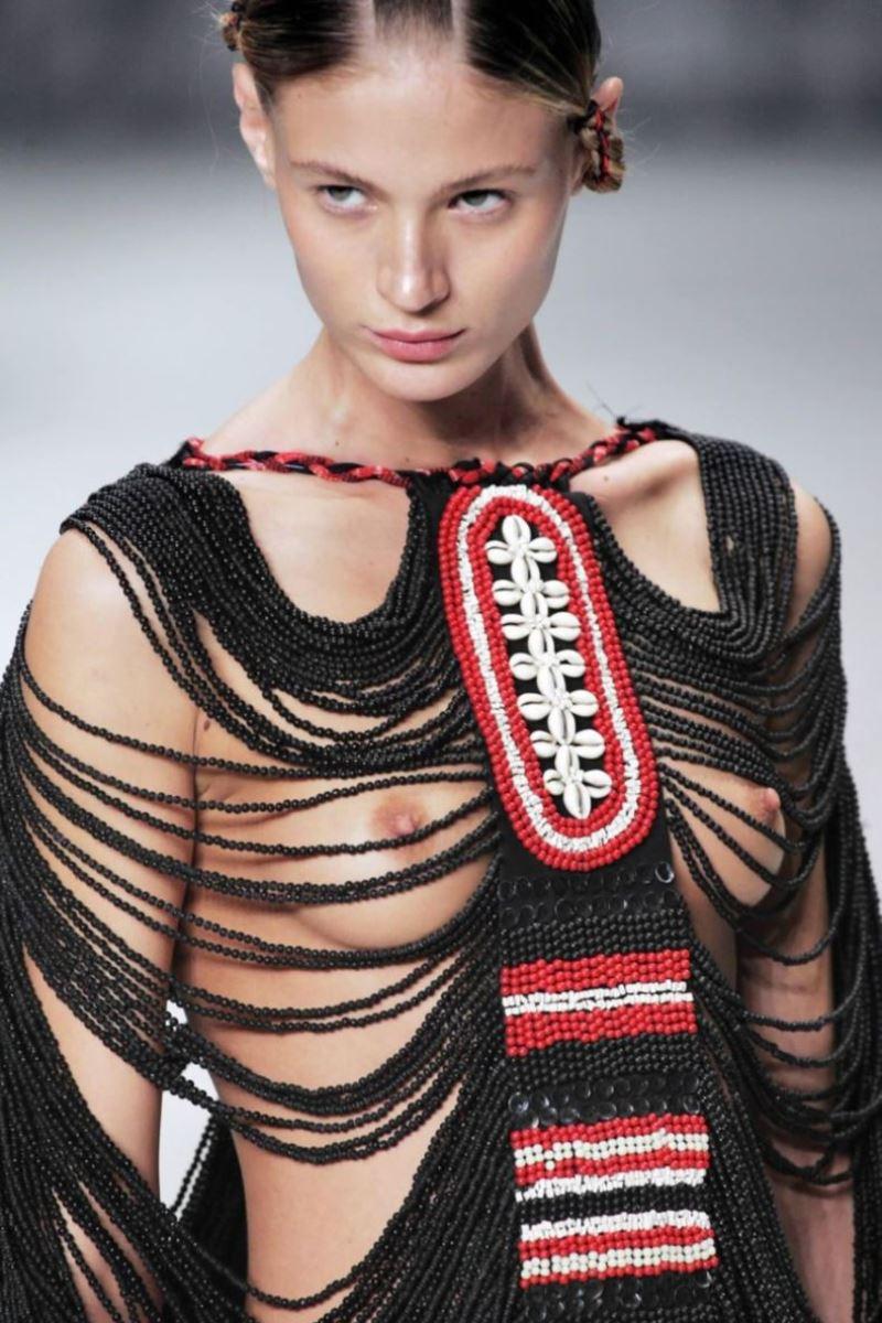 ファッションショー 透け乳首 モロ乳首 女性モデル エロ画像 18