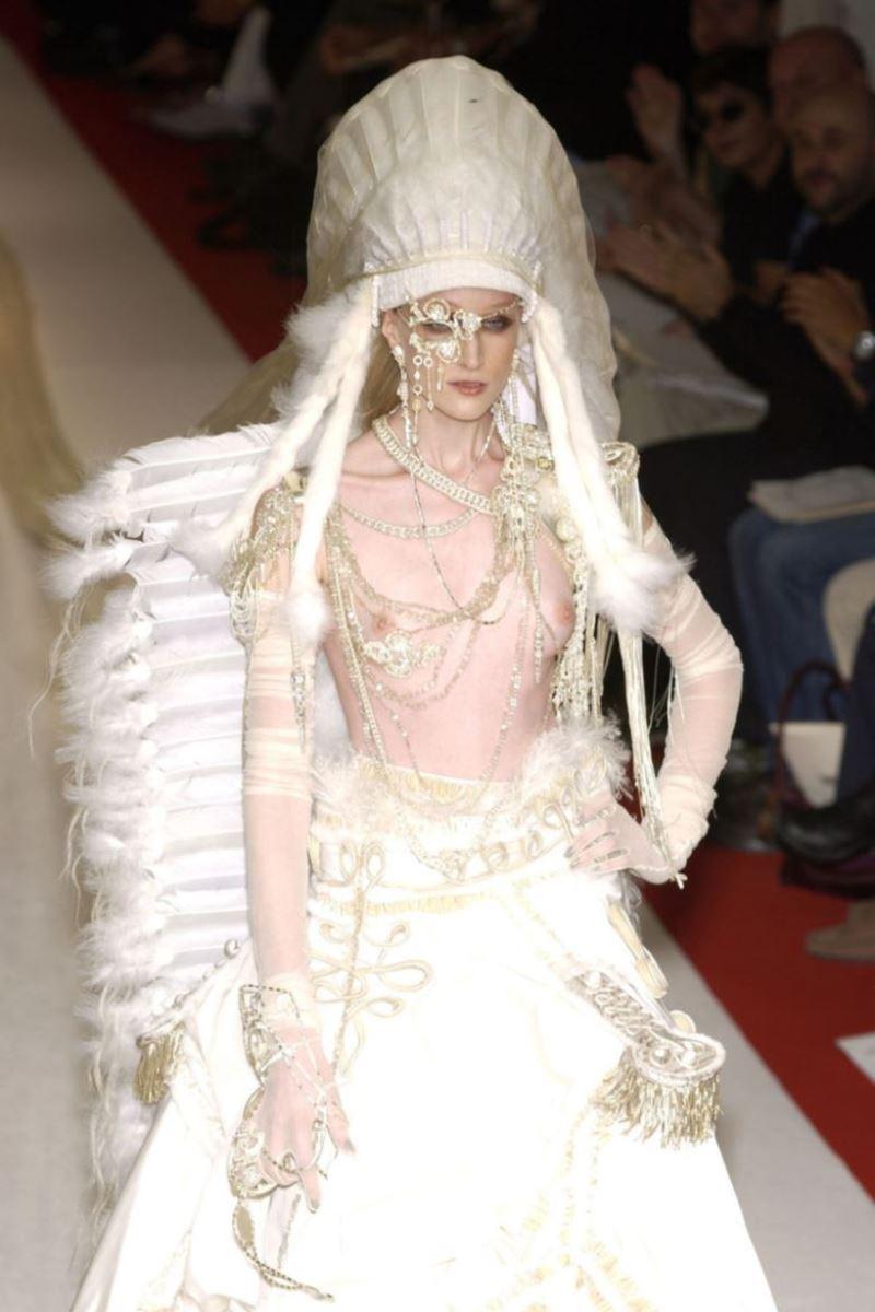 ファッションショー 透け乳首 モロ乳首 女性モデル エロ画像 29