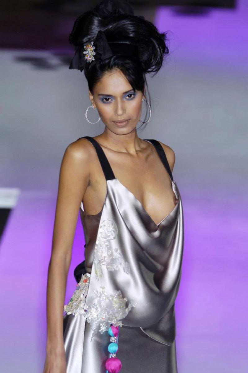 ファッションショー 透け乳首 モロ乳首 女性モデル エロ画像 31