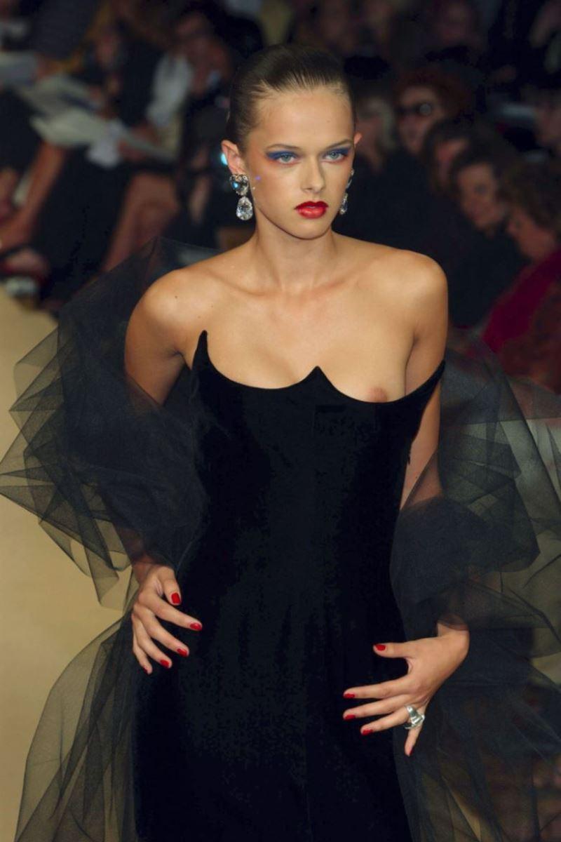ファッションショー 透け乳首 モロ乳首 女性モデル エロ画像 35
