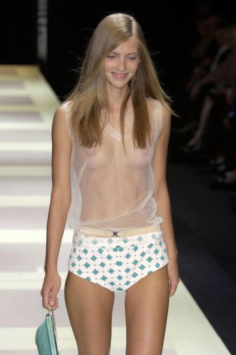 ファッションショー 透け乳首 モロ乳首 女性モデル エロ画像 36