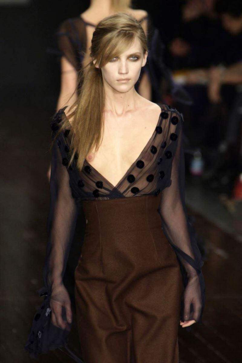 ファッションショー 透け乳首 モロ乳首 女性モデル エロ画像 39