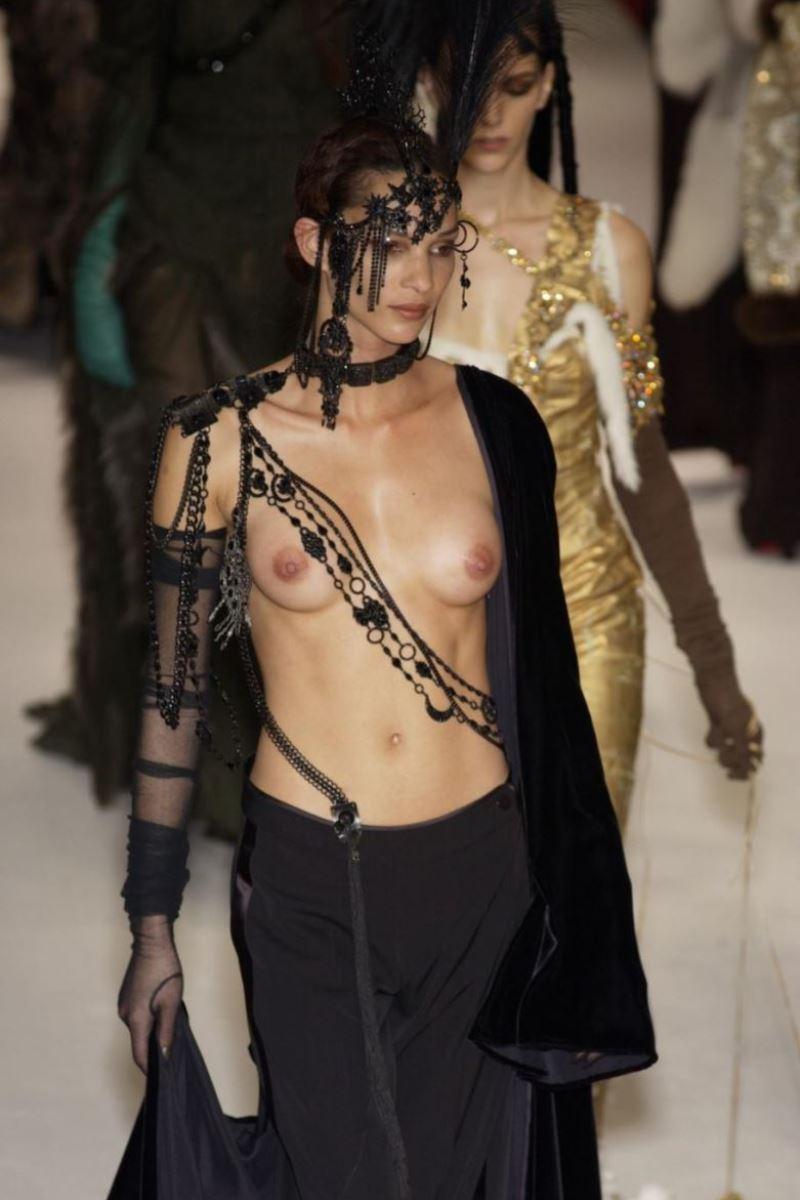 ファッションショー 透け乳首 モロ乳首 女性モデル エロ画像 40
