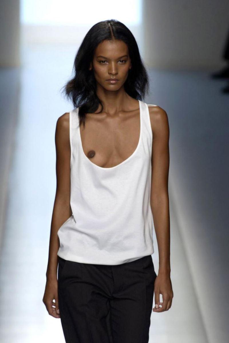 ファッションショー 透け乳首 モロ乳首 女性モデル エロ画像 43
