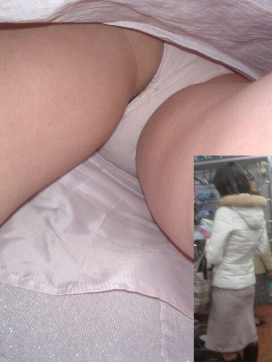 パンチラ 逆さ撮り 陰毛 写った ハミ毛 エロ画像 35