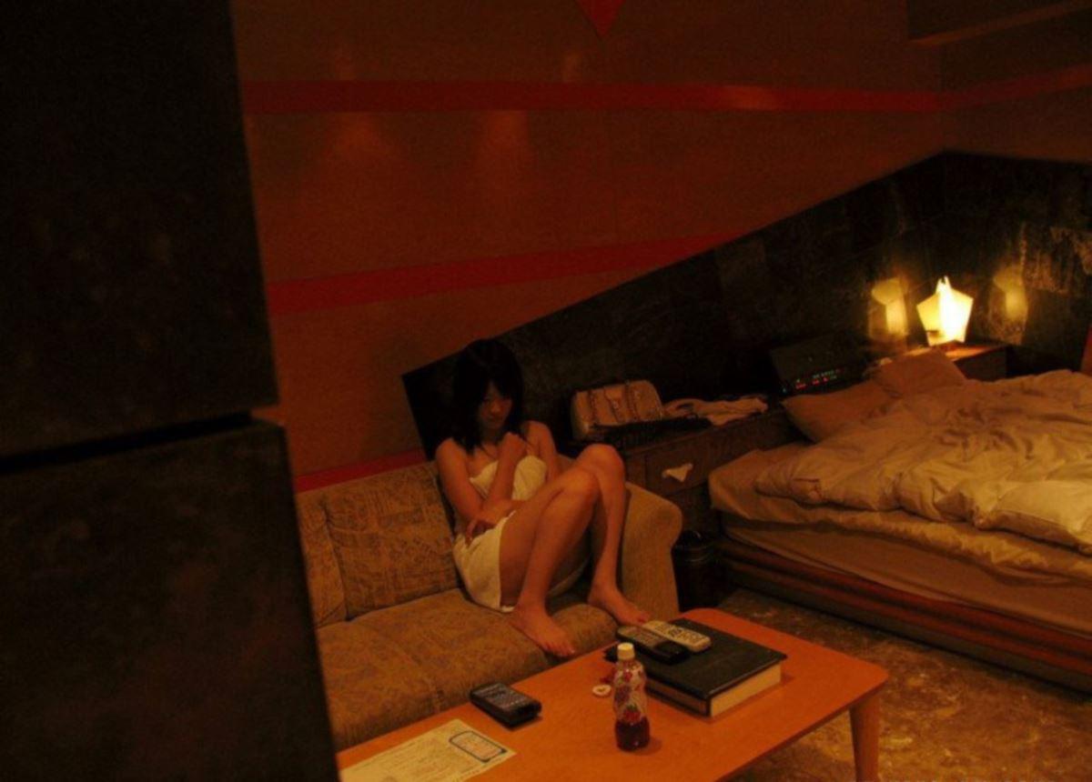 パンチラで誘惑してきた素人ギャルのハメ撮りエロ画像 32